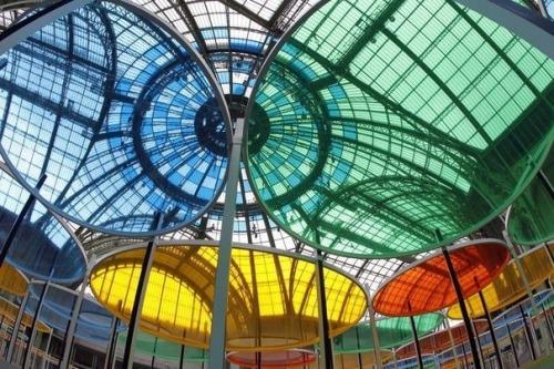 351139_excentrique-s-oeuvre-de-daniel-buren-dans-la-nef-du-grand-palais-a-paris